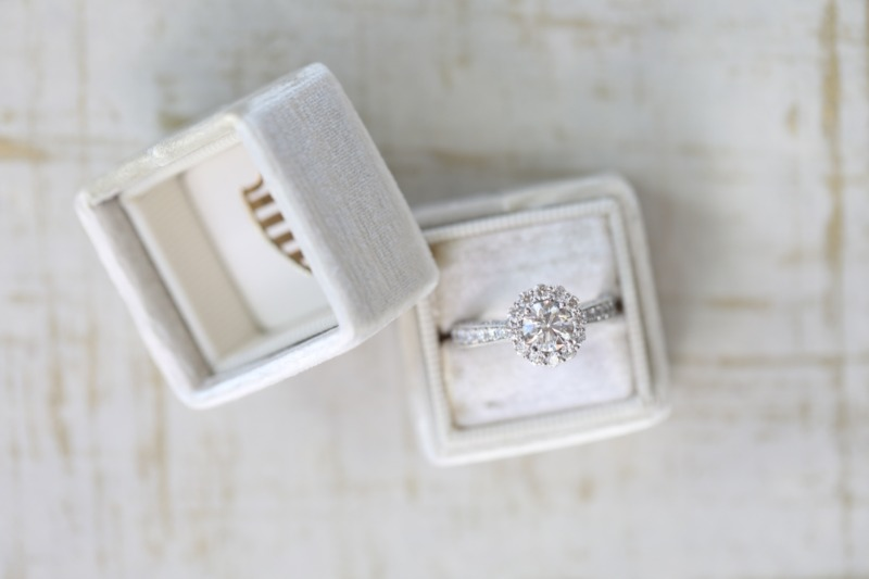 ❤️ Shared-Prong Halos are a favorite ❤️ Using larger diamonds in the halo and minimalistic shared prongs, the shape of each