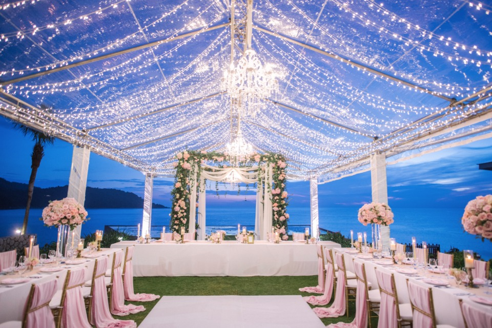 WOW-worthy reception drenched in lights