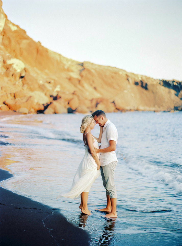 Engagement session on the beach of Santorini