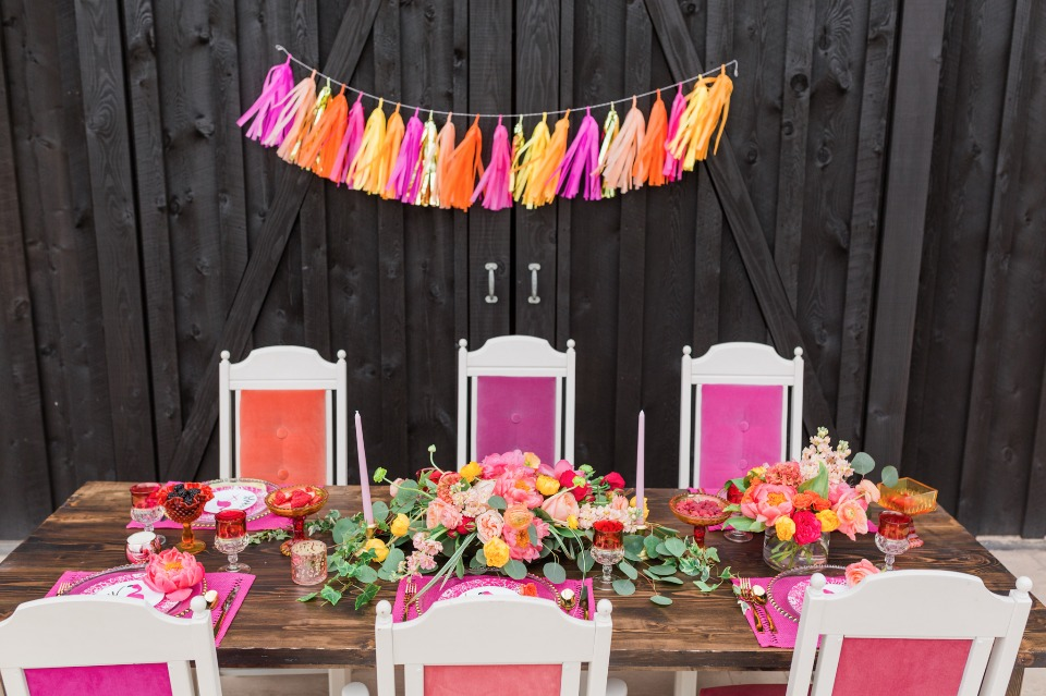 Tropical bridal brunch in shades of PINK