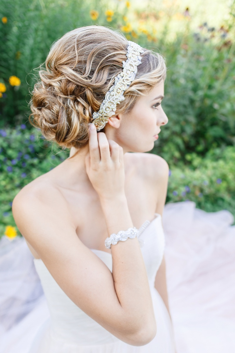 Just the perfect touch of gold and pearl details in this beautiful bridal headband.