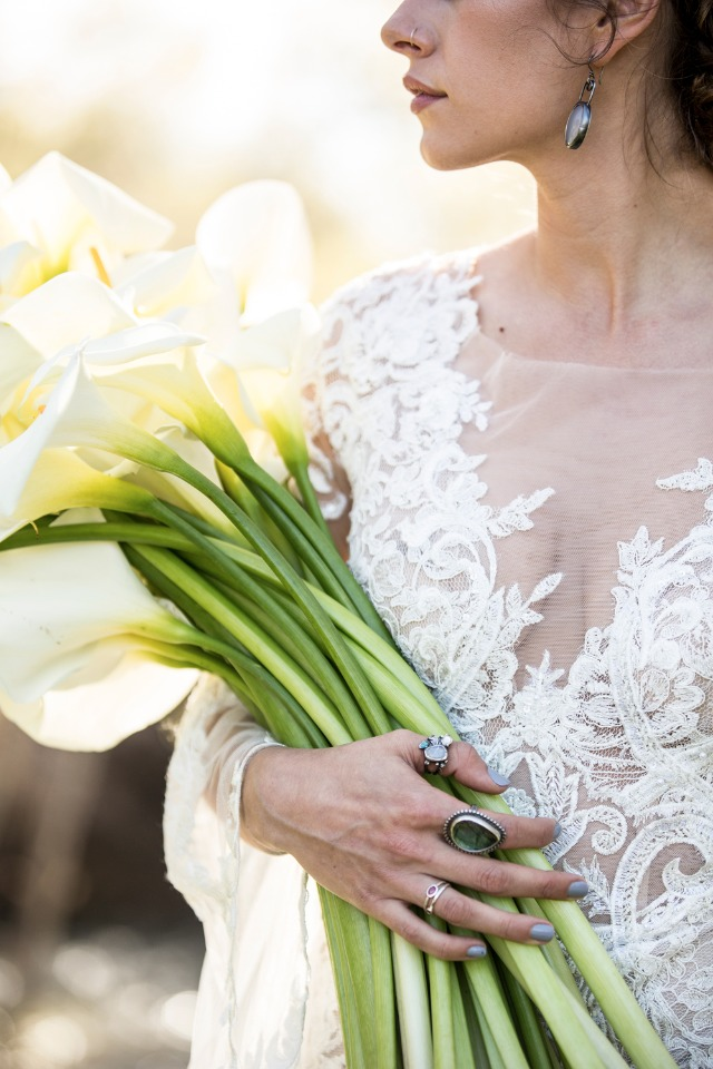 Boho bride with a bouquet of calla lilies