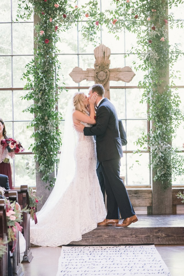 romantic ivy and rose ceremony backdrop
