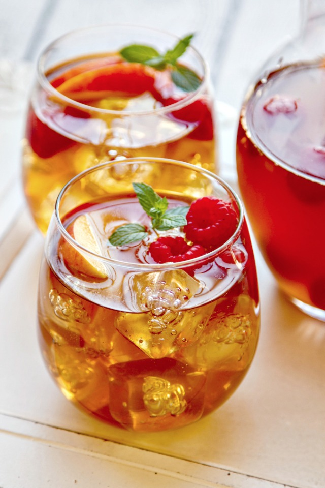 sweet tea sangria with peaches