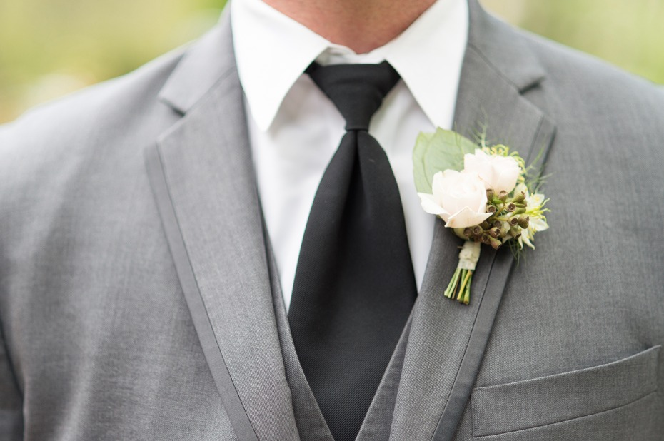 Pretty boutonniere and suit combo
