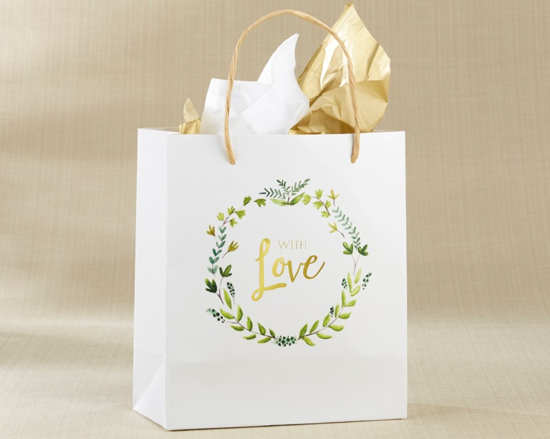 💚 Featuring Kraft brown handles and With Love printed in gold foil, this pretty gift bag is adorned with a rustic green leaf wreath