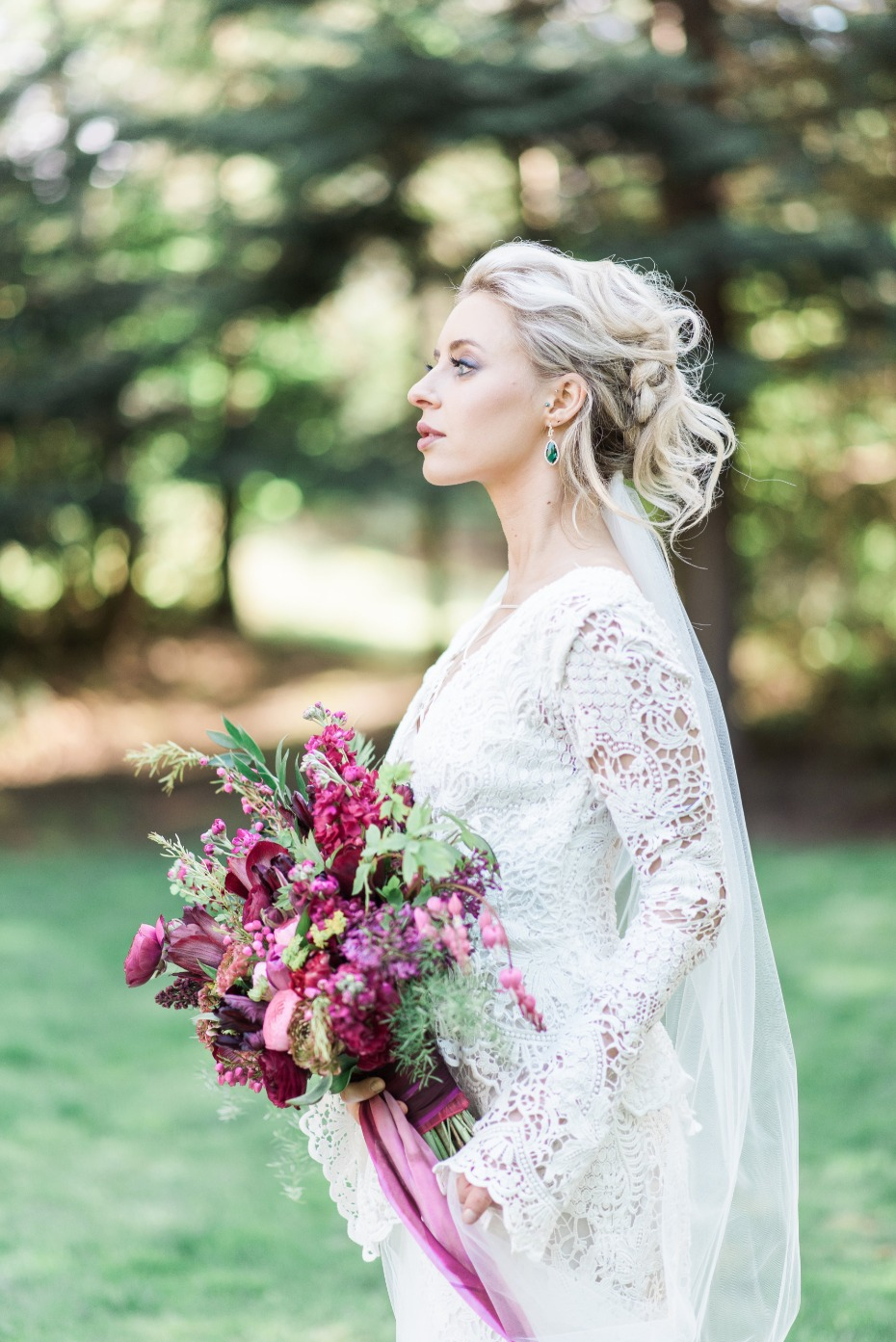 boho bride with jewel tone bouquet