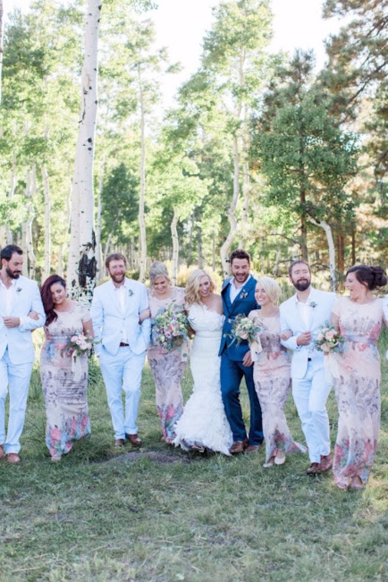 Sear Sucker suits + floral print dresses. Bridal party perfection for a summertime forest wedding. Photo: @brealynnenes / Coordination
