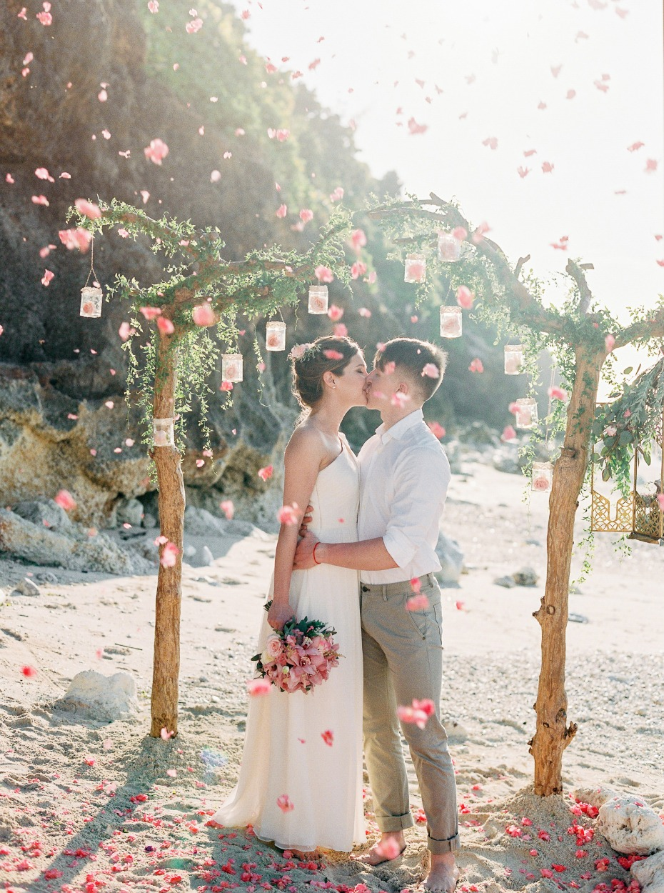 romantic wedding kiss for your beach wedding ceremony