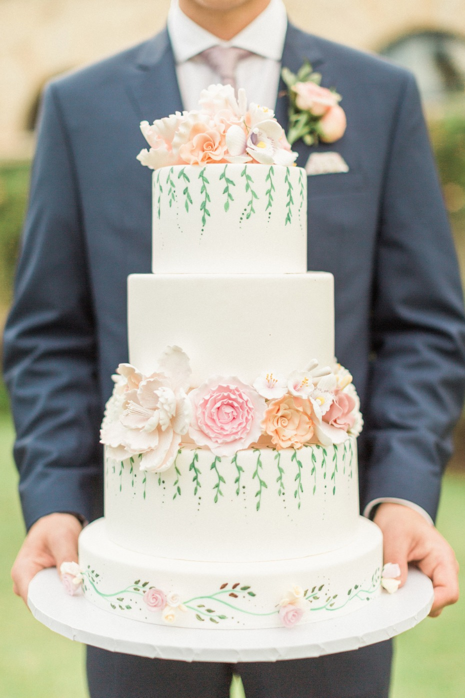 flower and ivy inspired wedding cake