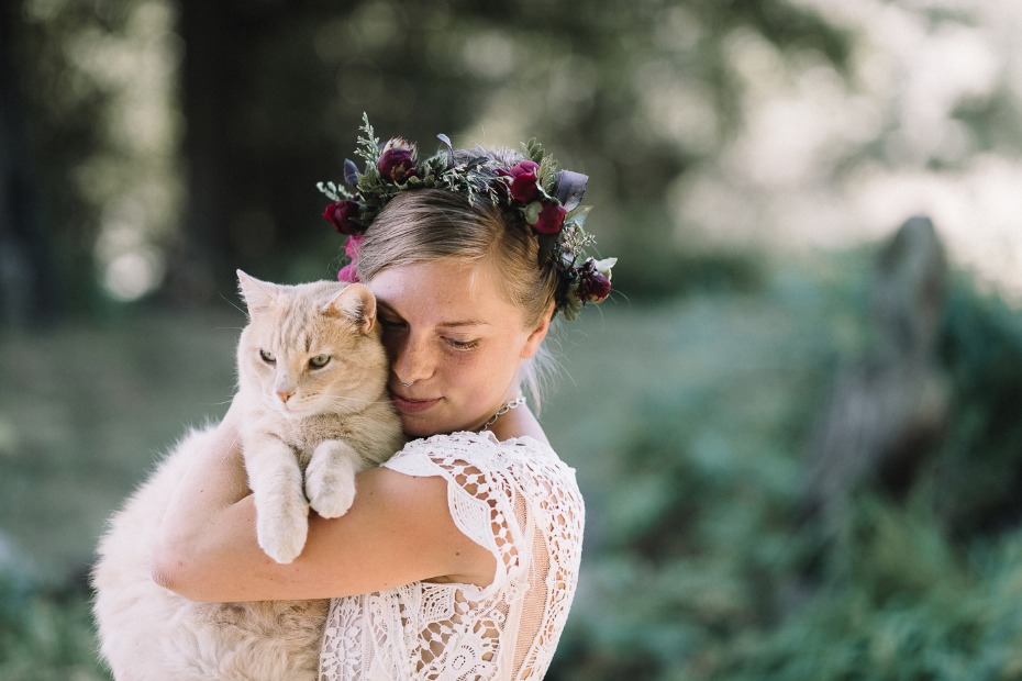 sweet bride and wedding cat
