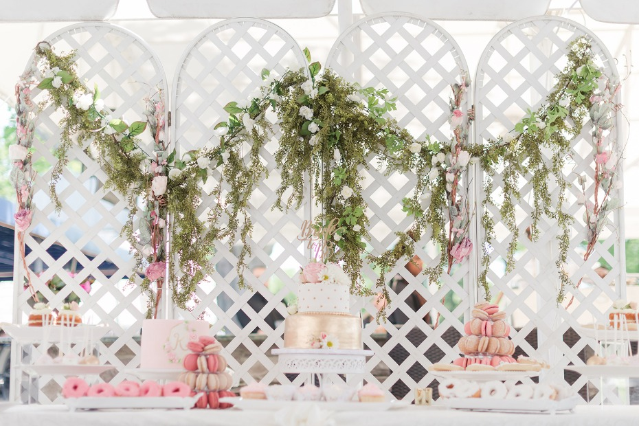 Gold blush and ivory cake table with greenery garland