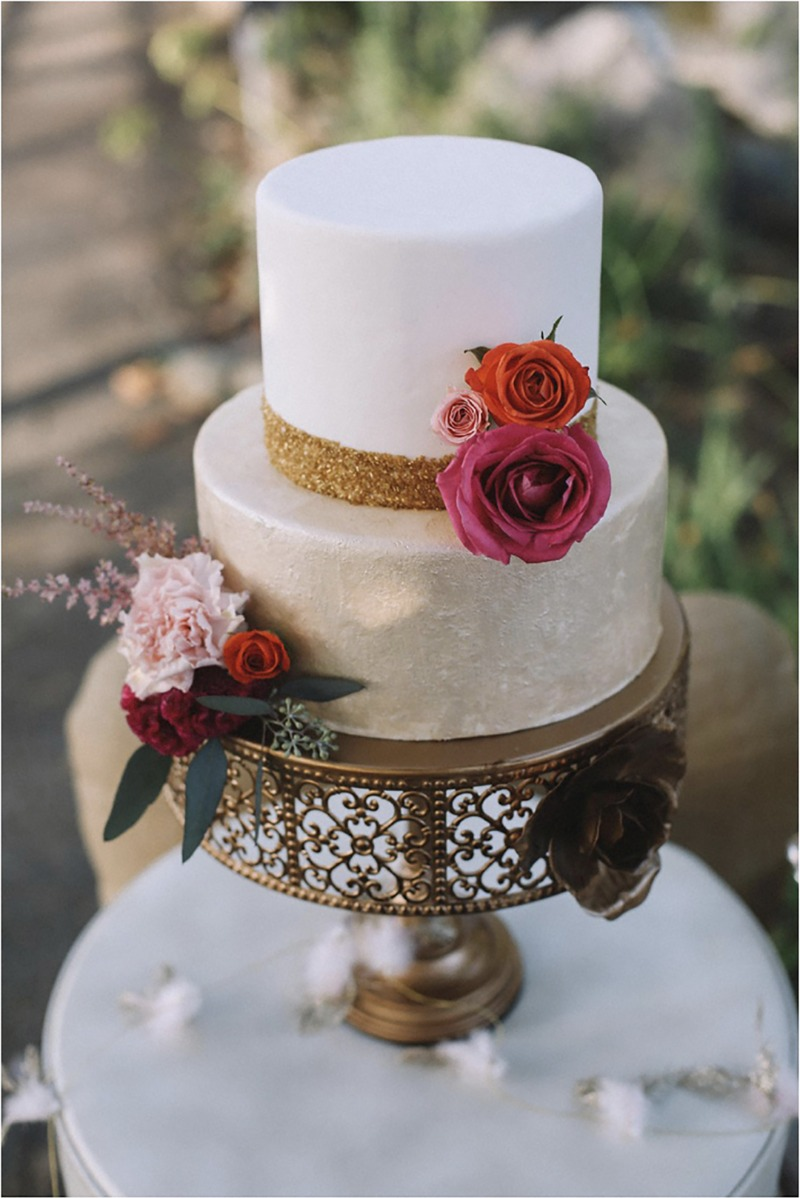 Opulent Treasures décor adds elegance to any occasion. Showcase cakes, cupcakes and desserts to make a gorgeous impression for your