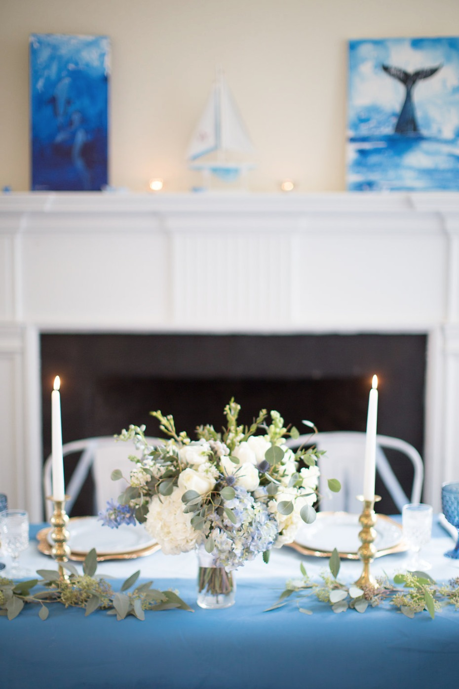 Blue and gold table for the bride and groom