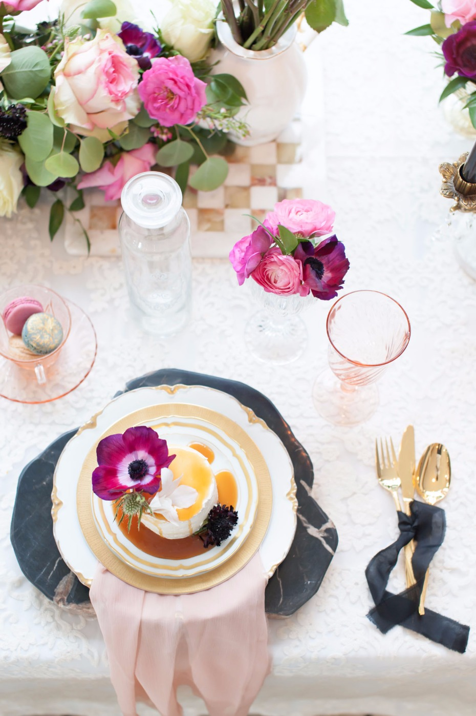 Gold, pink and black table details
