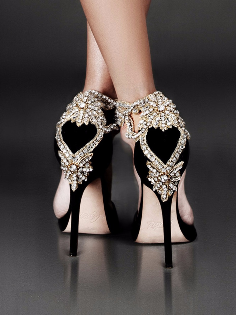 Crystal black pumps in black