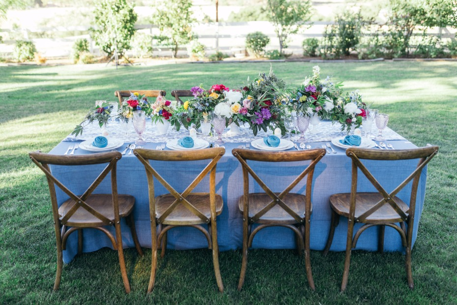 Gorgeous tables decor with blue linens and pink glassware