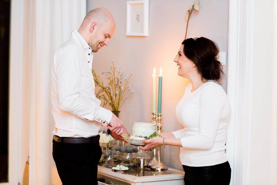 Cut the cake casual winter elopement