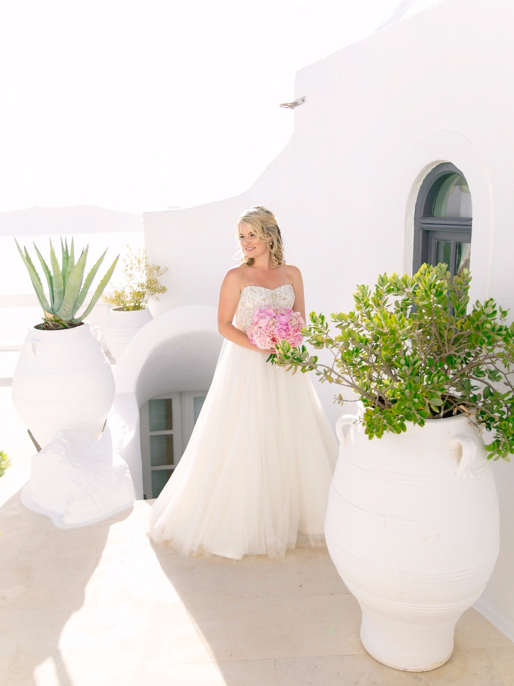Gorgeous bridal look in Greece