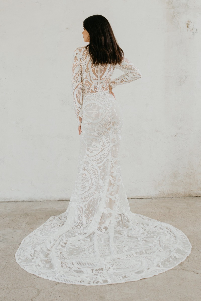 For the brides out there who love art deco, this @goddessbynature Isabella gown is unique with symmetrical patterned lace and long