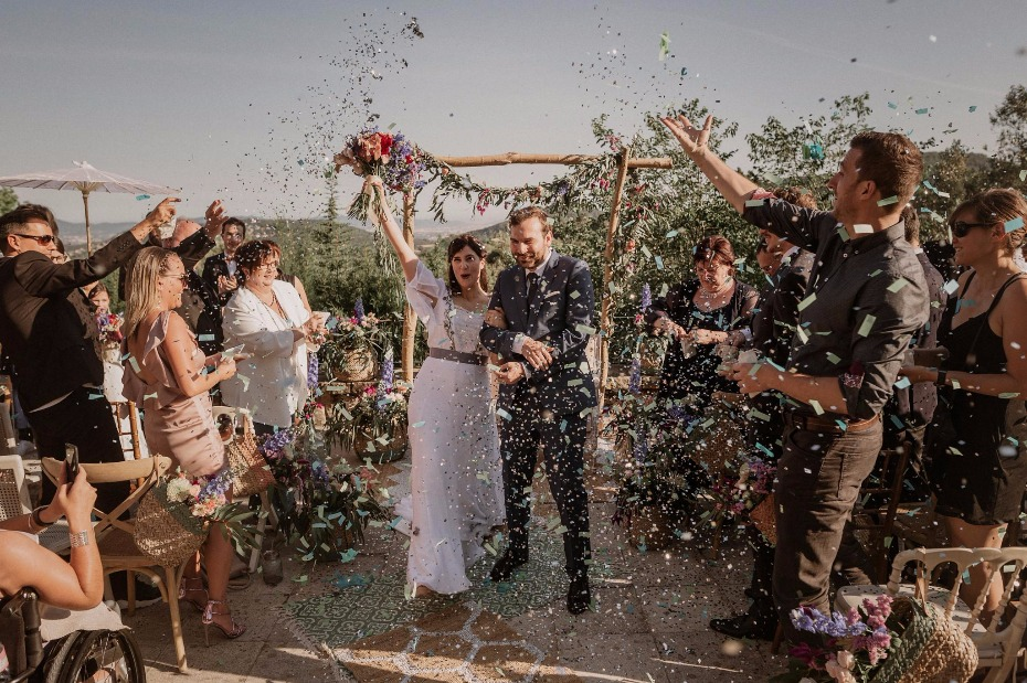 Just married confetti toss
