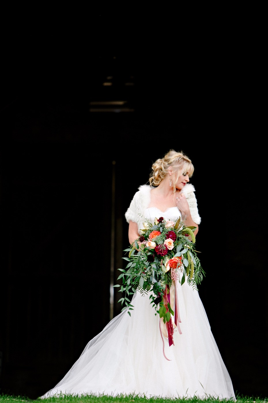 wedding dress and bouquet ideas for your fall wedding