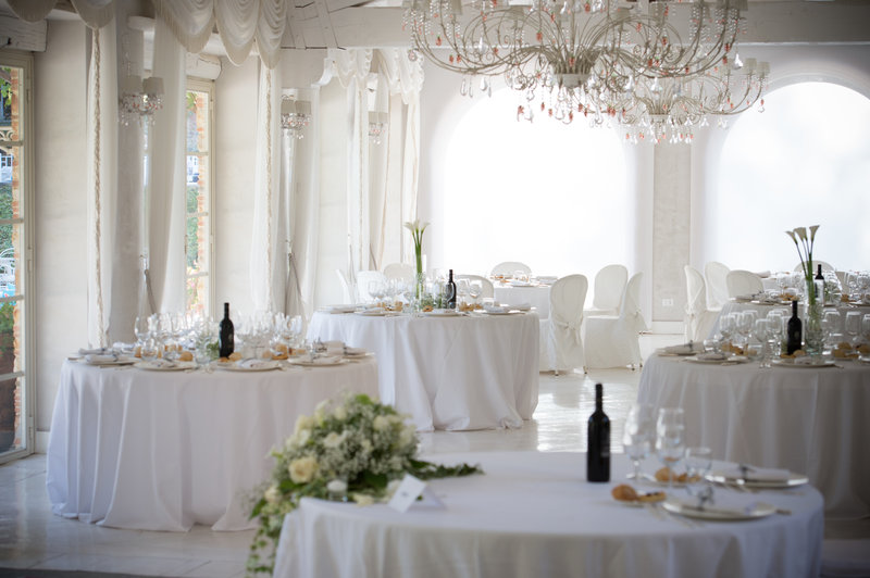 Beauty in simplicity at #Valledibadia. Dainty chandeliers, flowers… a dream!