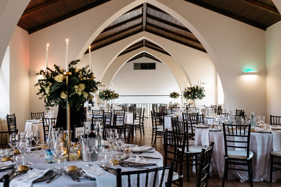 Elegant reception decor in white and gold