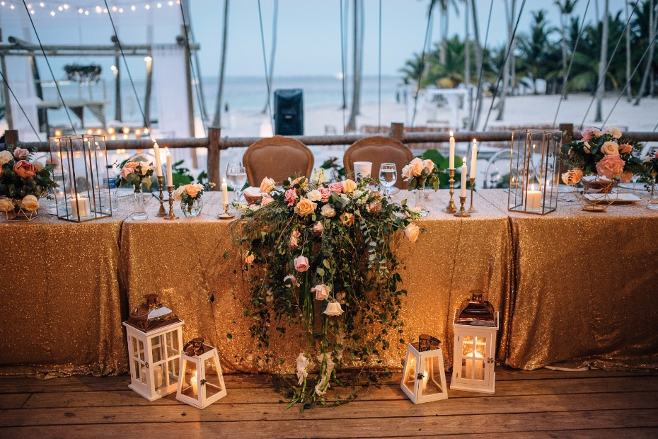 gold sequin table linens and cascading florals make the wedding party table super chic