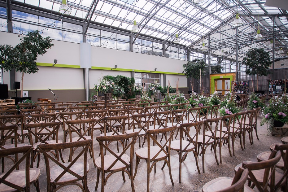 Airy greenhouse ceremony