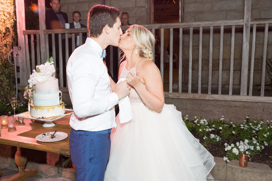 Cake table kiss