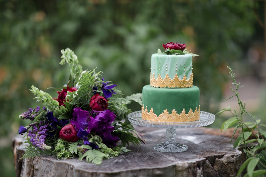 green and gold marbled wedding cake