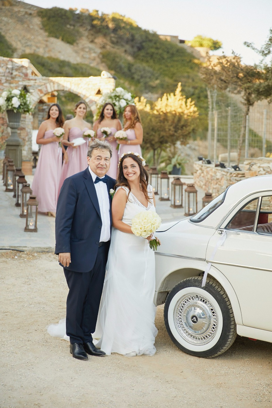 the bride and her father arriving to the ceremony in vintage style
