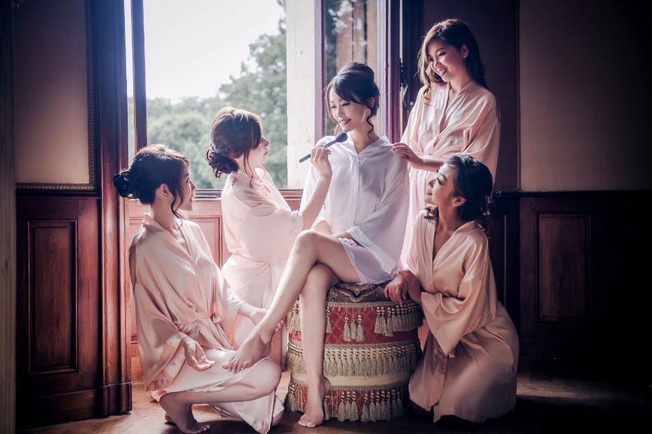 bride and her bridesmaids getting wedding ready