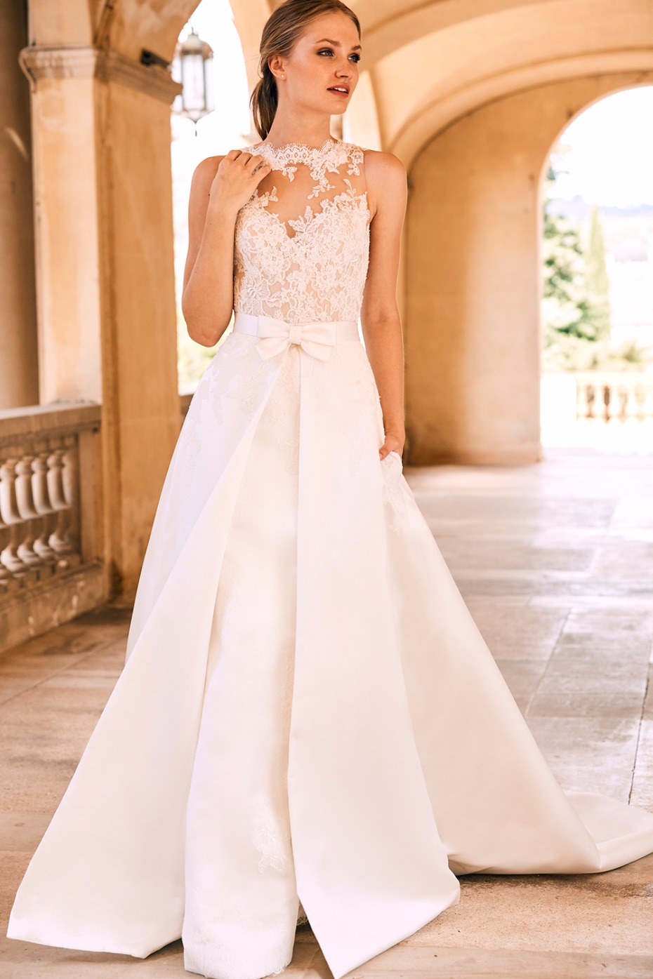 long wedding dress with detachable train and bow around the waist
