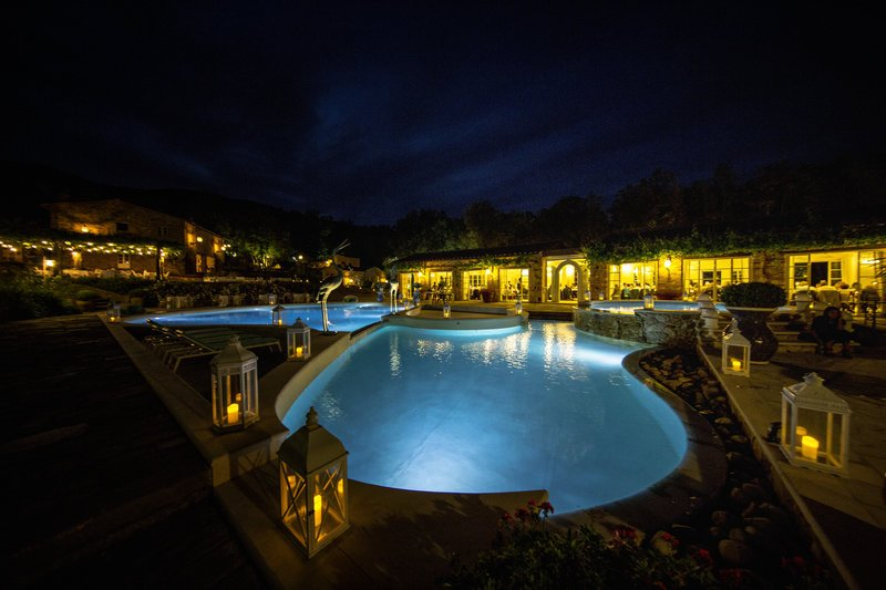 Lanterns softly diffuse light and reflect on the pool. The perfect setting for a wedding banquet after sunset at #VallediBadia �