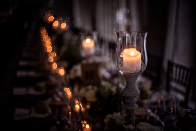 Candle lights cleverly placed on a long table lend warmth and intimacy to a place setting as dusk settles in…✨