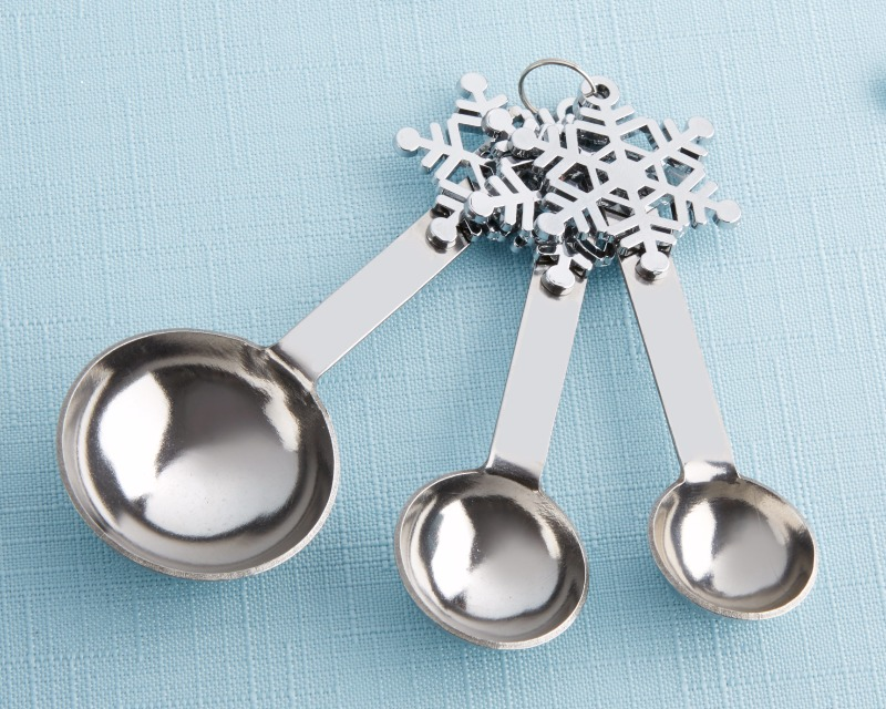 These winter measuring spoons feature a silver metal snowflake decorative accent on the handle of each spoon and come with three spoons
