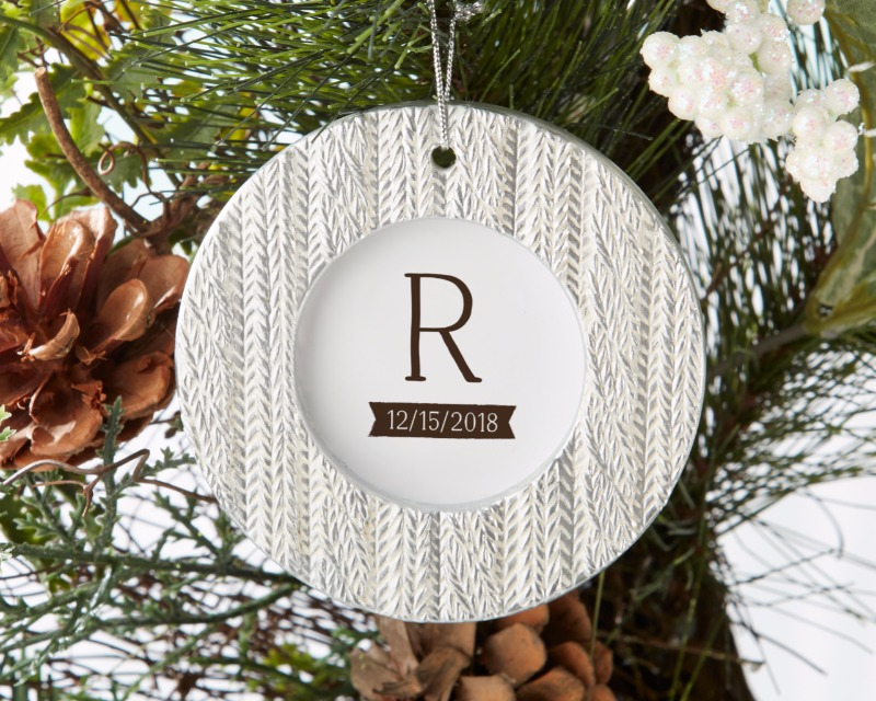 🎄 This place card holder takes on the look of a hanging ornament, with a cable knit sweater pattern bordering the frame. Such a