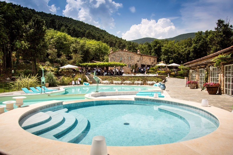 Poolside at Valle Di Badia, with a view of the beautiful Tuscan hills. Relaxing and romantic vibes 💎