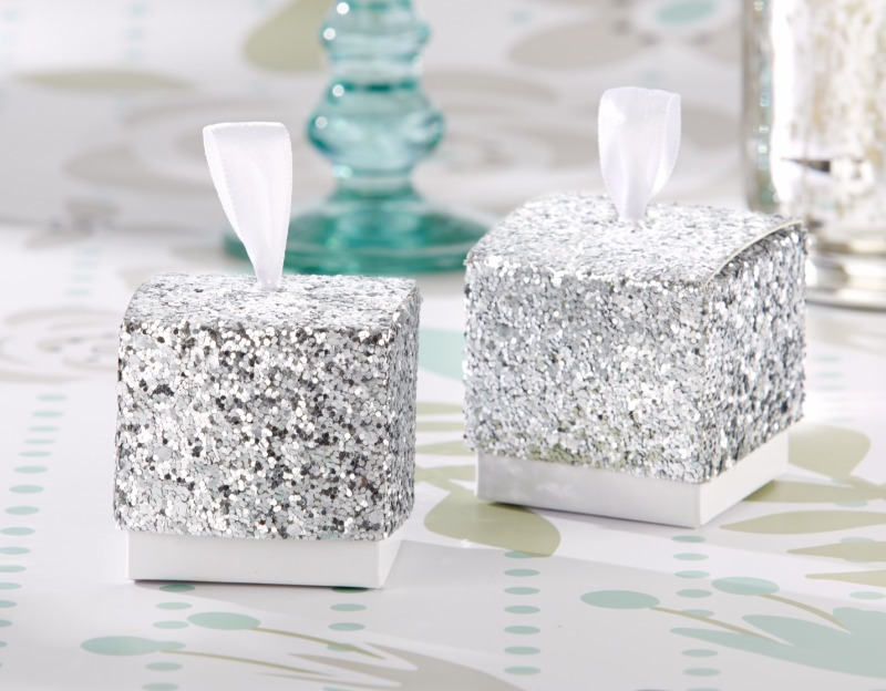 🍬 Get your shine on! These elegant favor boxes add a touch of brilliance to your winter wedding tables and are perfect for packaging