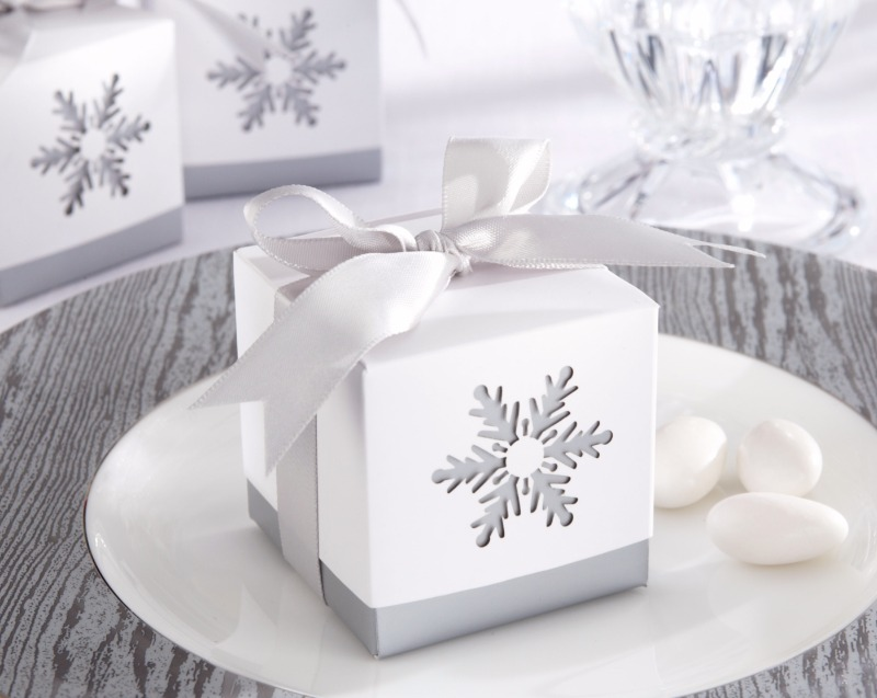 ❄️ Send guests home from your winter wedding with a sweet treat in this unique snowflake favor box!