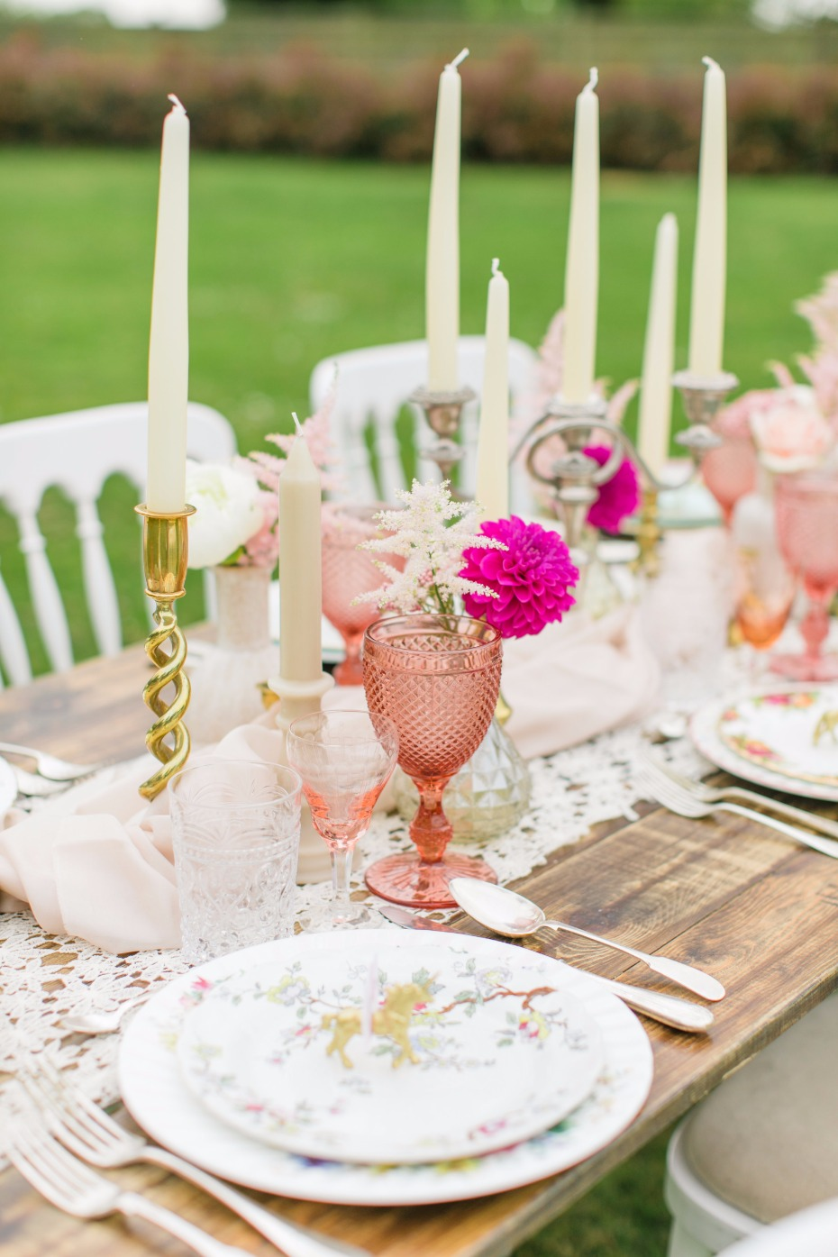 Natural table with pink and gold details
