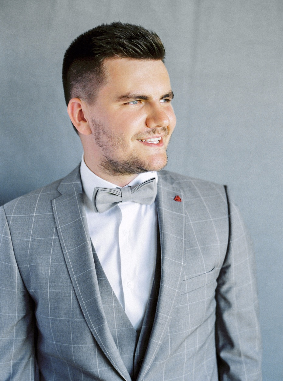 groom in light grey suit