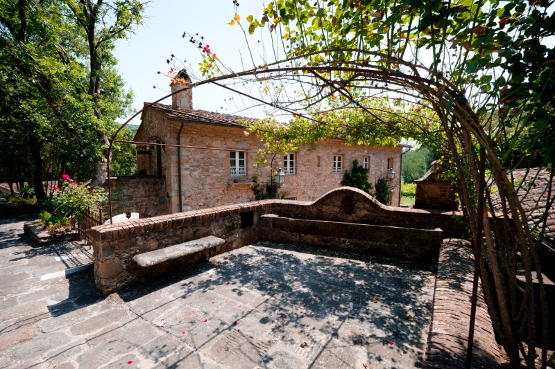 One of our 5 gorgeous, recently renovated apartments at Valle di Badia 💛 A dream wedding location! #destinationwedding
