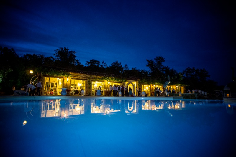 The beautiful Sala de' I Granai lit up at night reflects tastefully on the surface of the pool🌙 #valledibadiawedding