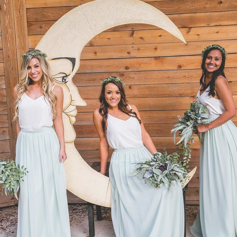 When your bridesmaids love their dresses to the moon & back.🌜