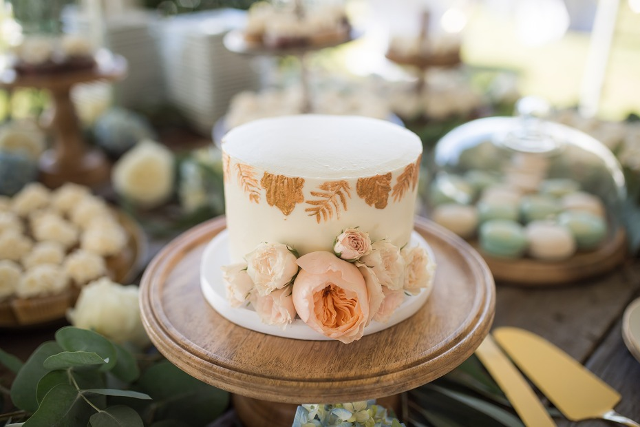 Mini cake in gold and white