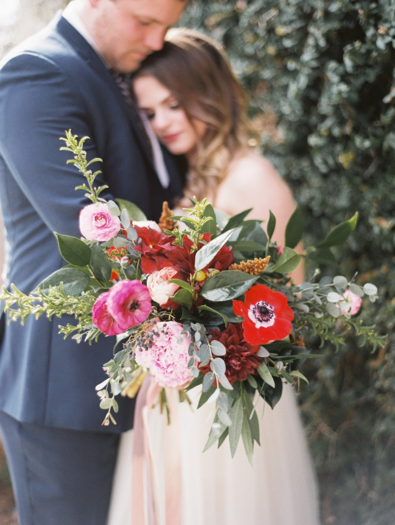 Loving on this garden style, modern wedding winter wedding. Burgundy, navy, blush for the win this season!
