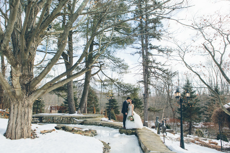 Cozy and romantic winter wedding at FEAST at Round Hill, Hudson Valley Wedding Venue. Photo by Cynthia Chung Photography.
